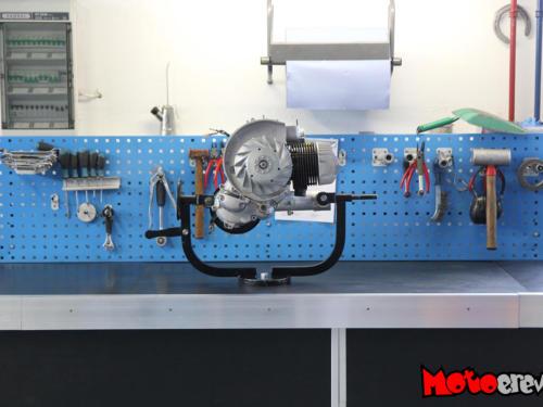 Motor von einer Vespa PX 125 auf der aufgeräumten Werkbank zusammen mit Werkzeugen
