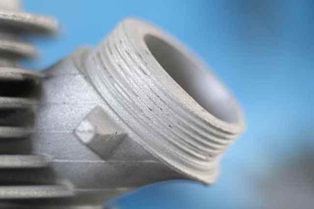 Defektes Auslassgewinde, die Gewindegänge sind abgenutzt bei diesem Simson Schwalbe Zylinder