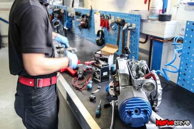 Mitarbeiter beim Einstellen des Zündzeitpunktes mittels Abblitzen an einem Parmakit Vespa Tuning Motor