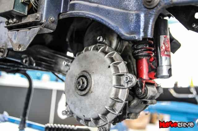 Bremstrommel einer Vespa PX 80 nachdem Rad und Auspuff demontiert wurden