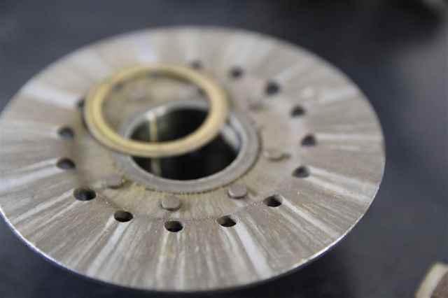Demontierte Vespa Kupplung mit defektem Messing Lager an der überall Messing Partikel hängen