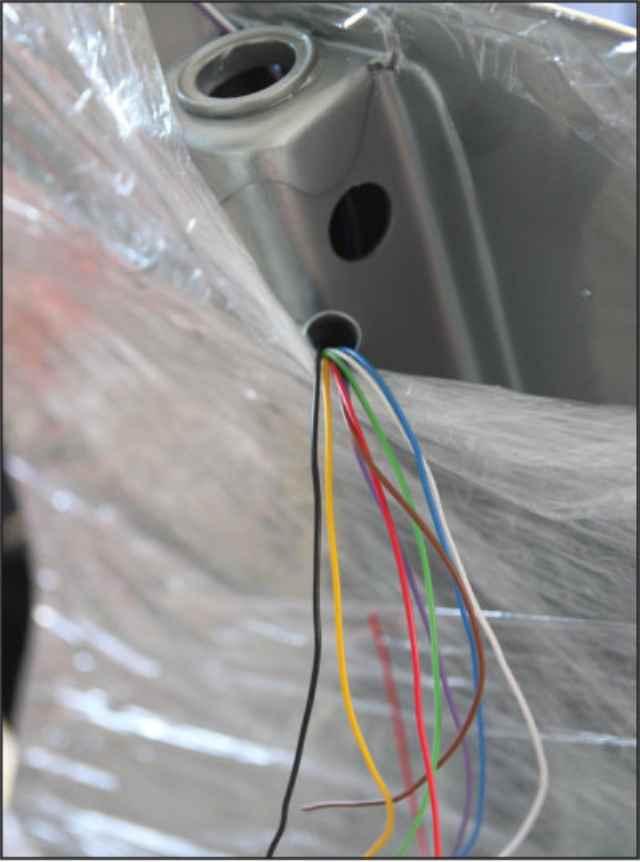 verschieden farbige Kabel die aus dem Rahmen einer Vespa ACMA herauskommen für die anstehende Kabelbaum Herstellung