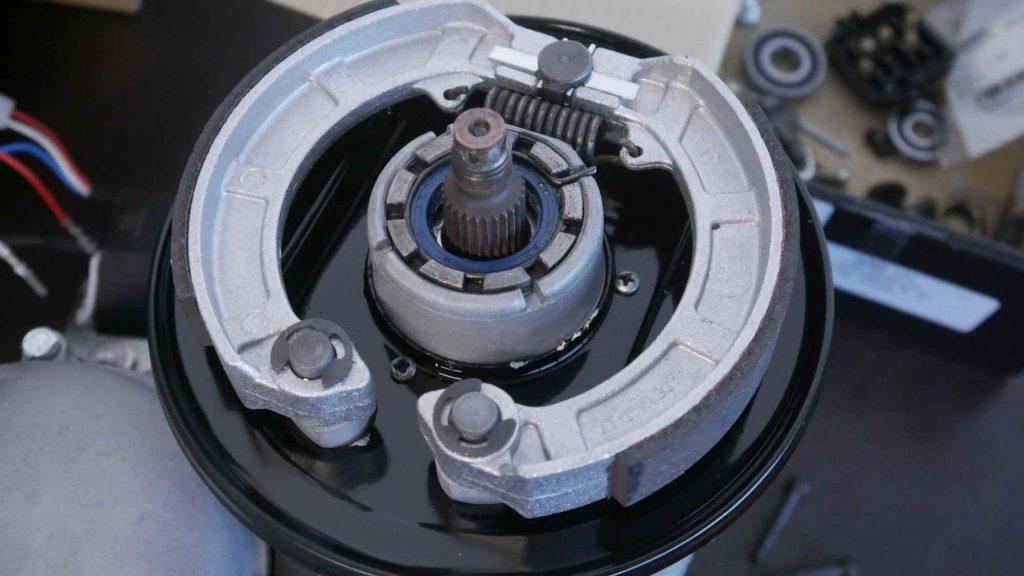 Bremsgrundplatte mit neuen Bremsbelägen Vespa GTR 125