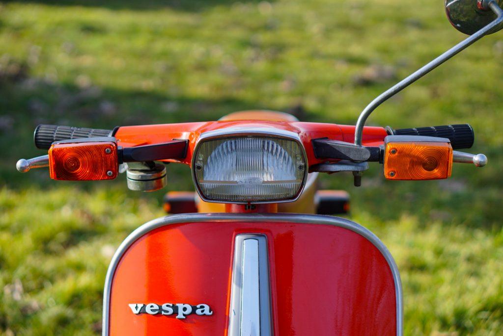 Frontalansicht Scheinwerfer und Lenker rote Vespa V50 Special