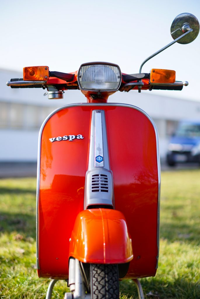 Frontalansicht Vespa V50 Special mit Blinkern in Rot