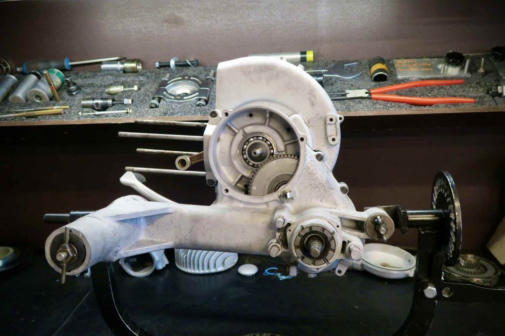 Motor halb montiert Vespa 160 GS