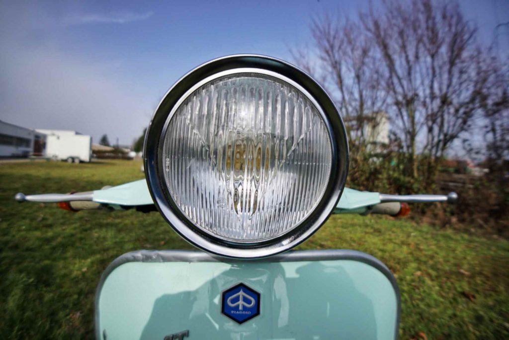 Nahaufnahme Scheinwerfer an einer Vespa 125 GTR