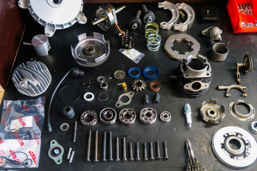 Neuteile Vespa V50 Motor auf Werkbank