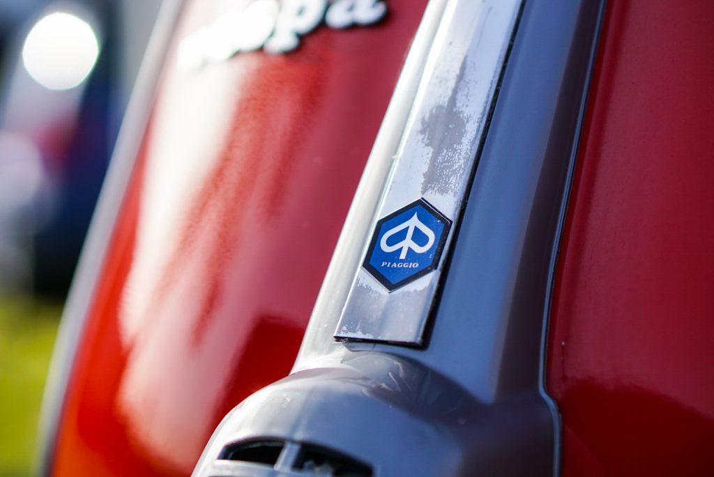 Piaggio Emblem auf Kaskade an roter Vespa v50 special