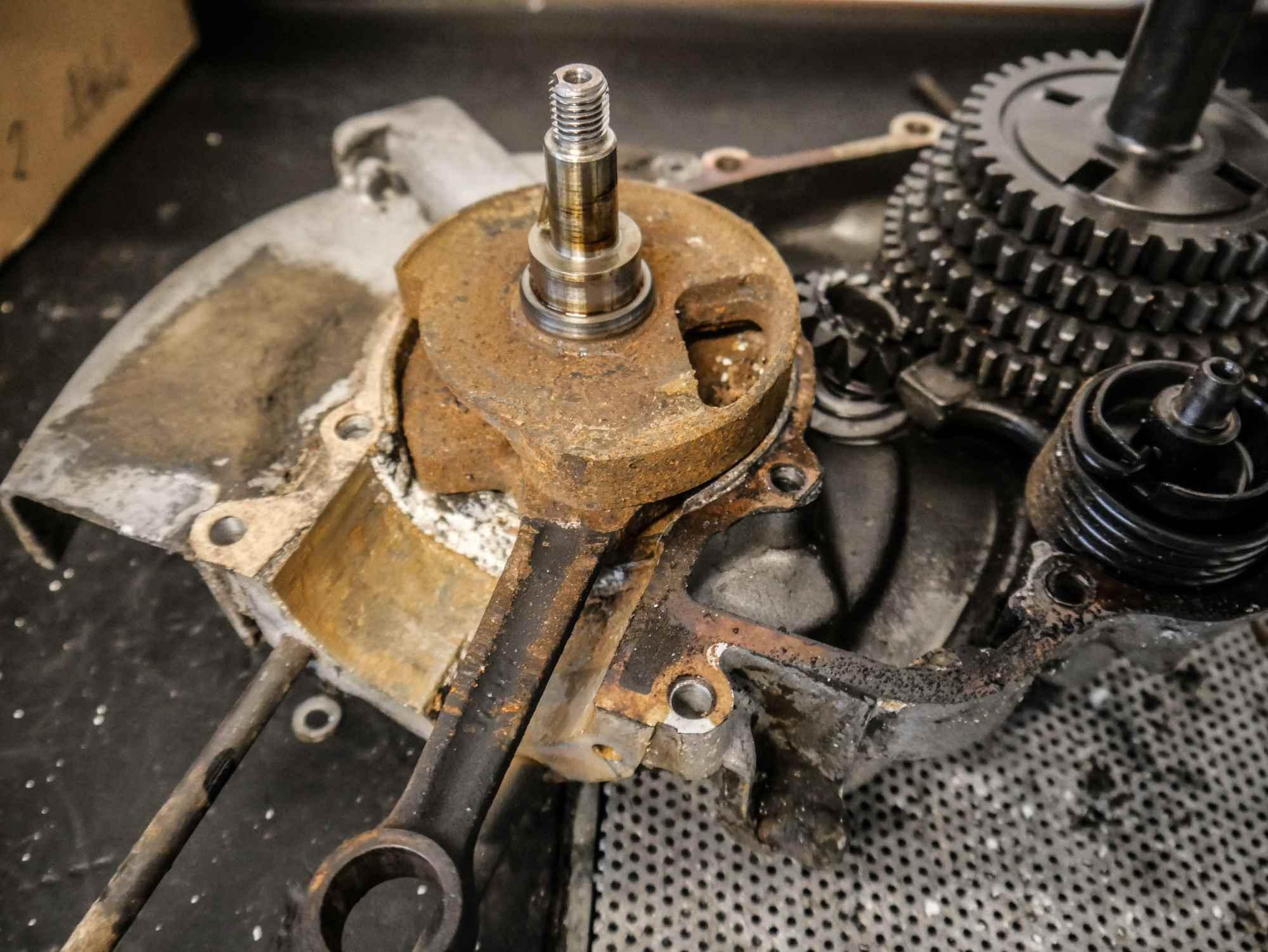 Rostige Kurbelwelle in einem Vespa PX200 Motor
