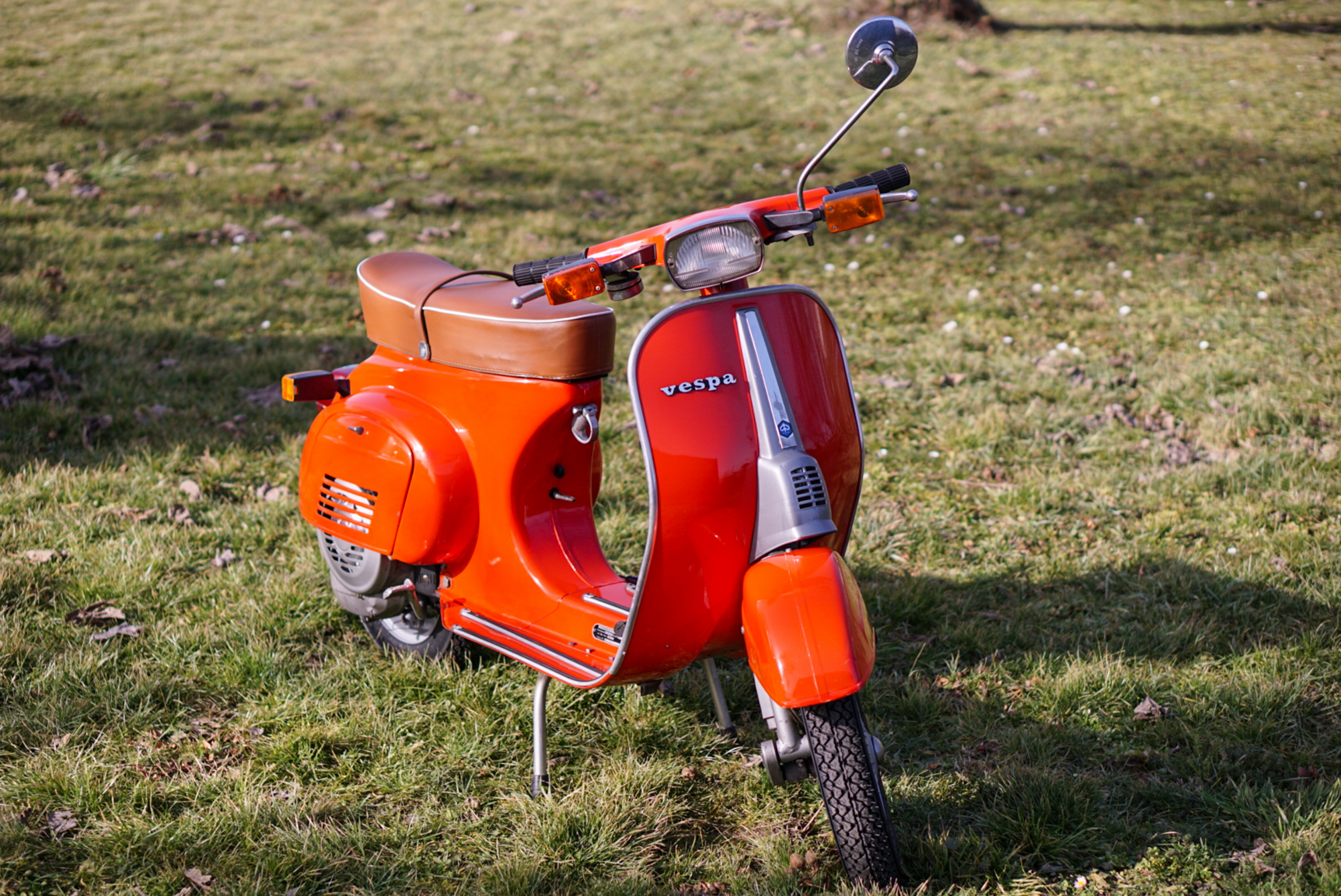 Rote Vespa V50 Special komplettansicht von vorne