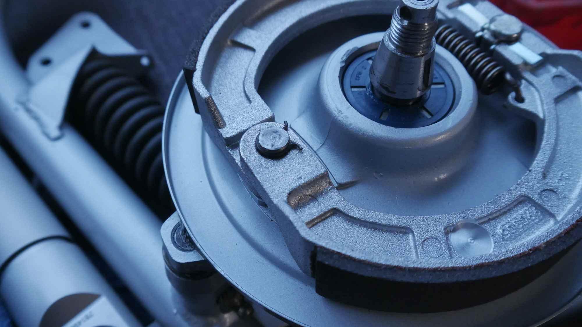 Schwinge Vespa mit Bremse neu lackiert