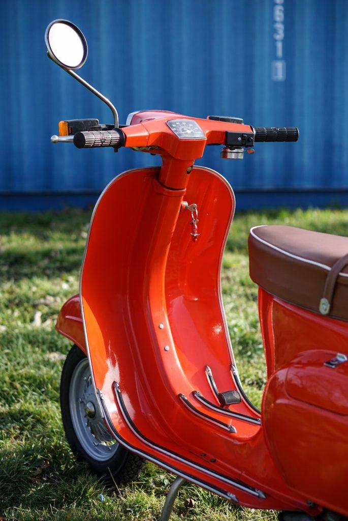 Seitenansicht Vespa V50 Special in Rot mit brauner Sitzbank