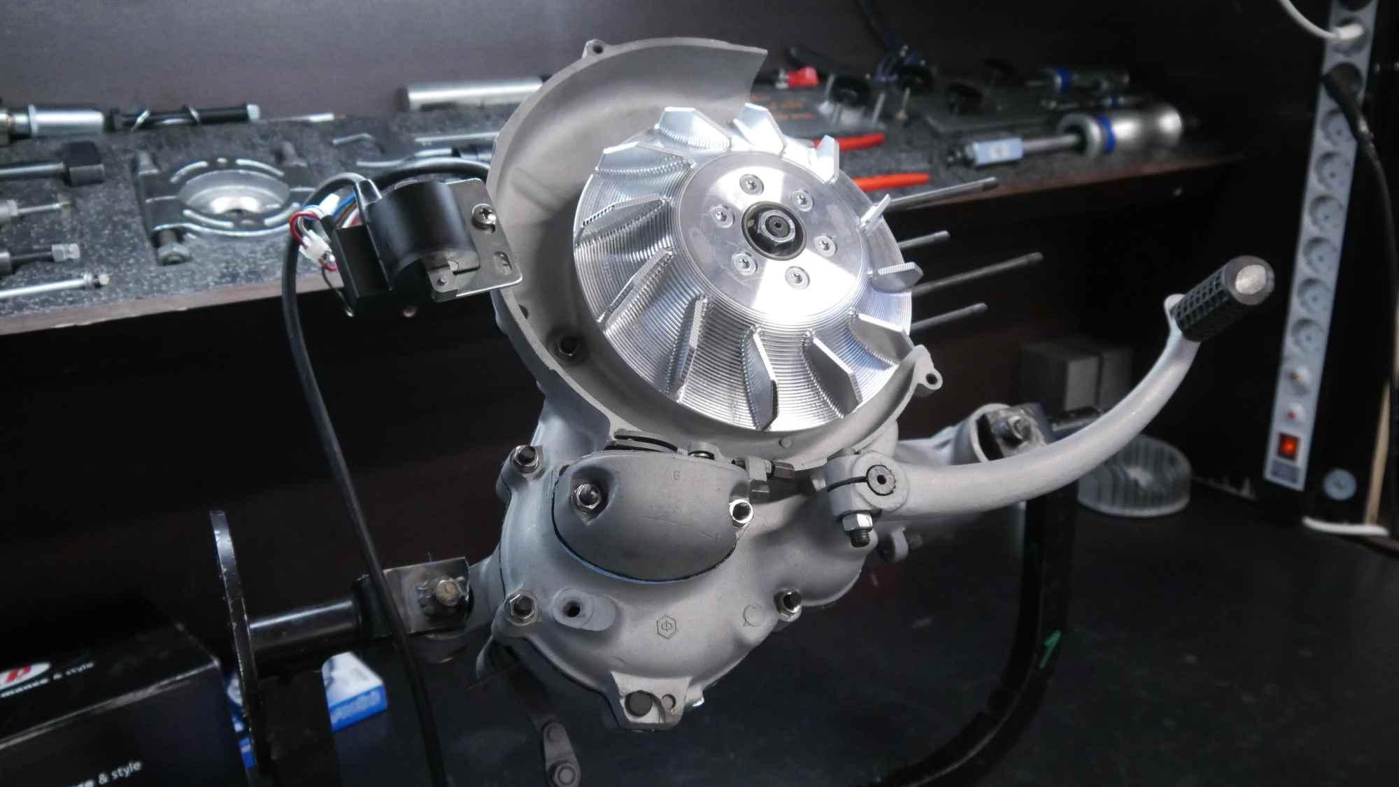 Vespa GTR 125 Motor mit Vape Zündung glasperlgestrahlt während der Montage