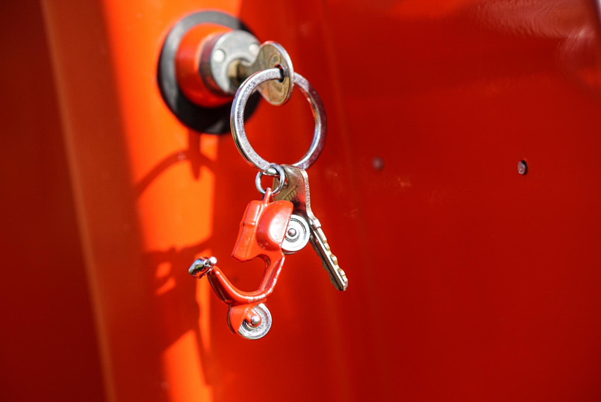 Vespa Schlüsselanhänger an Lenkschloss V50