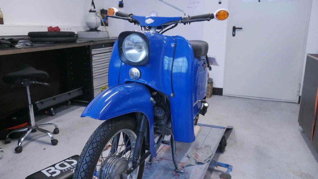 blaue Schwalbe KR512 auf Hebebühne bei Motoerevo in Hessen klein