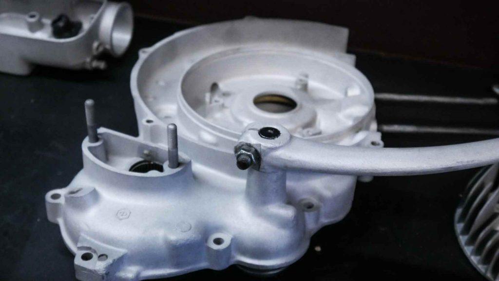 rechtes Motorgehäuse an einem Largeframe Motor nach glasperlstrahlen