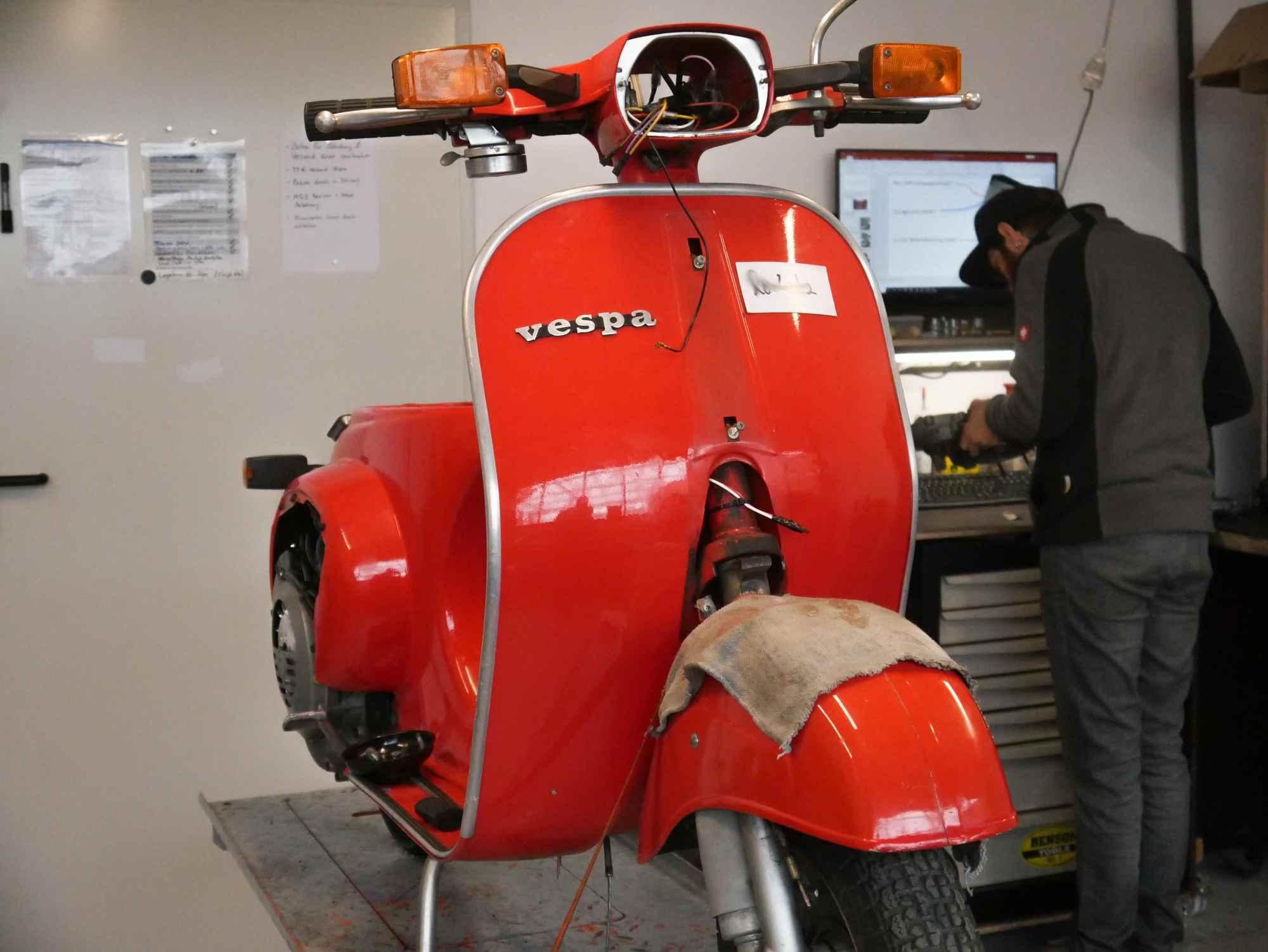 rote Vespa V50 Umbau auf Elektronikzündung mit Kabelbaumtausch