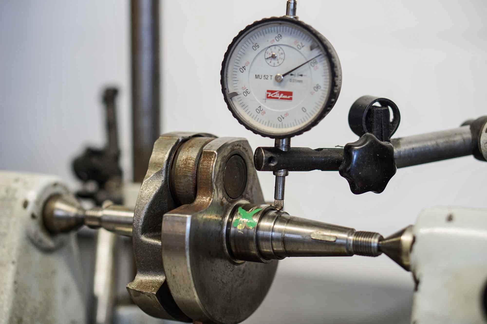 Rudlaufprüfung einer PX 200 Vespa Kurbelwelle mit Messuhr