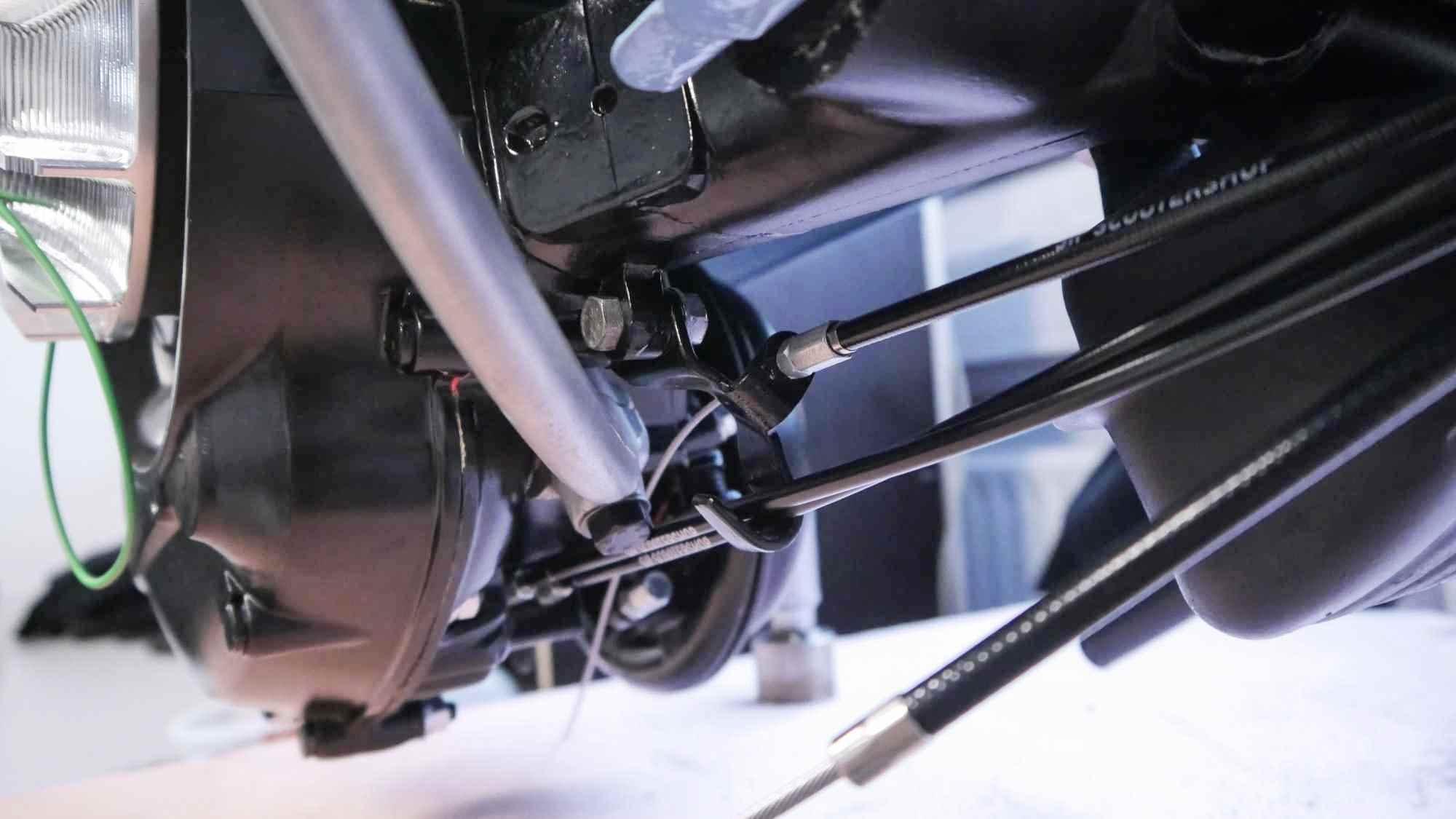 Seilzüge unten am Motor Vespa V50