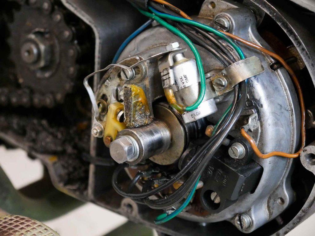 Alte Lichtmaschine mit Zündkontakt und Kondensator an einer MZ ETZ 250 A