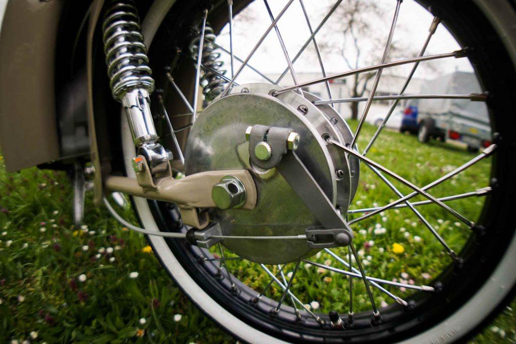 Bremsschild an restaurierter Simson SChwalbe KR51 mit Bowdenzug