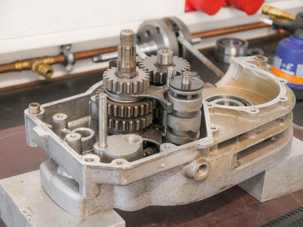 Getriebe mit neuen Lagern in ETZ 250 Motor eingebaut