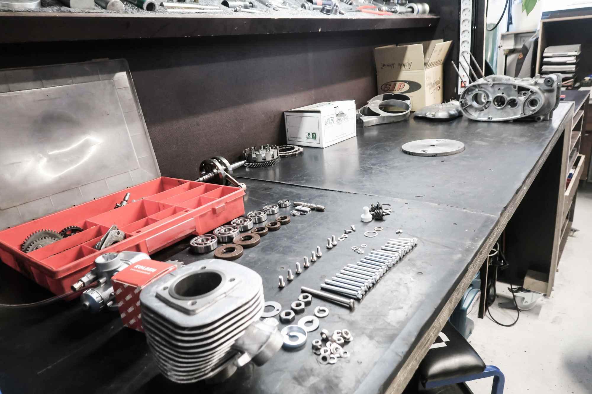 Motor M53 Simson Schwalbe während Motorregeneration alle Einzelteile auf Werkbank