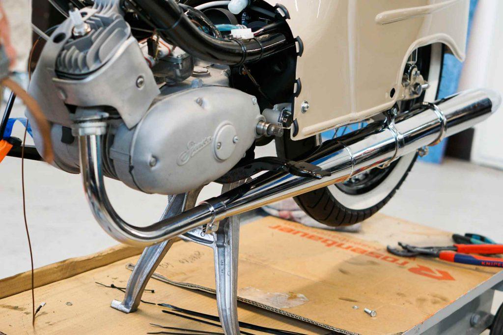 Motor mit Auspuff bei Simson Schwalbe KR51 Restauration