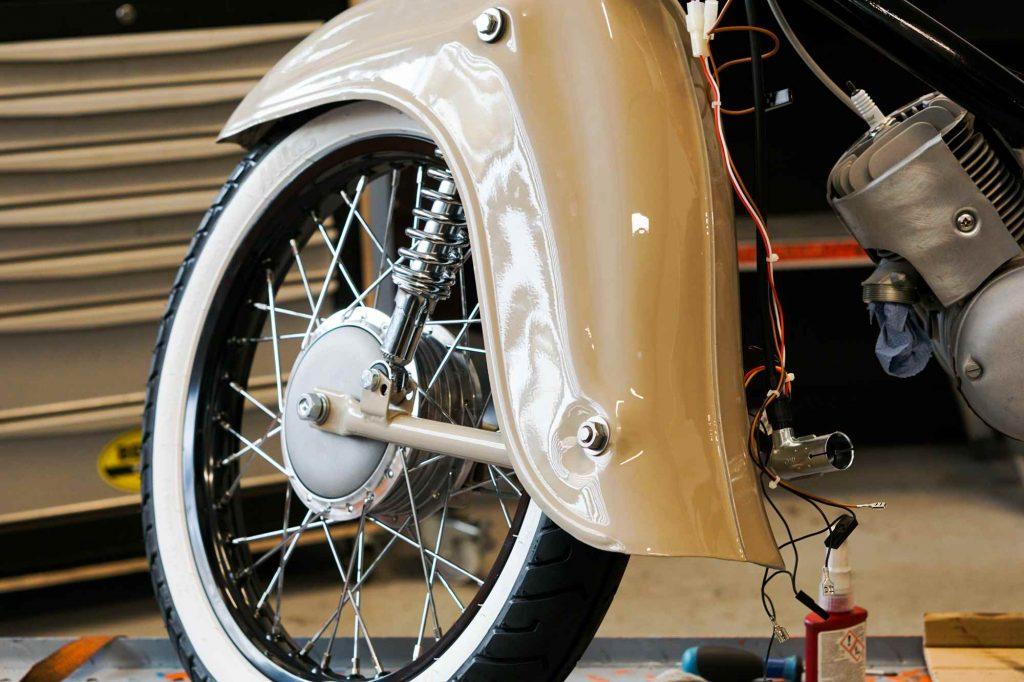 Restaurierung Simson Schwalbe Kotflügel mit Rad Weißwandreifen