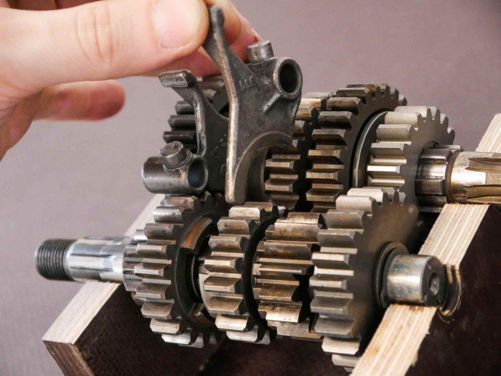 Schaltgabeln einsetzen beim ETZ 250 Getriebe