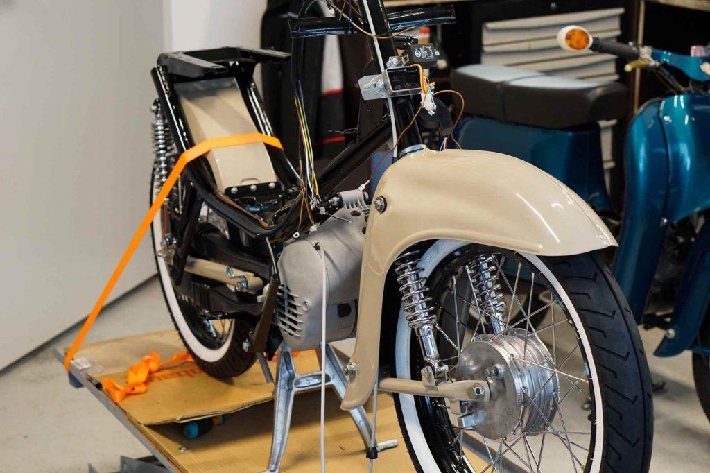 Simson SChwalbe KR51 während Restauration mit Motor und Fahrwerk