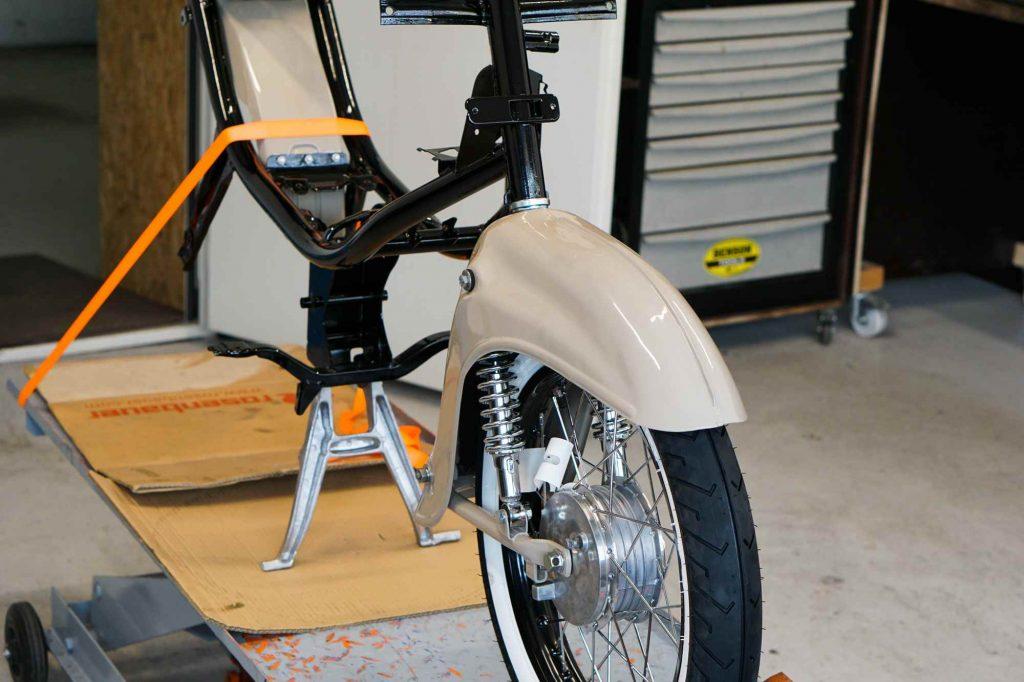 Vorderrad mit Schwinge und Kotflügel an Rahmen Simson Schwalbe KR51