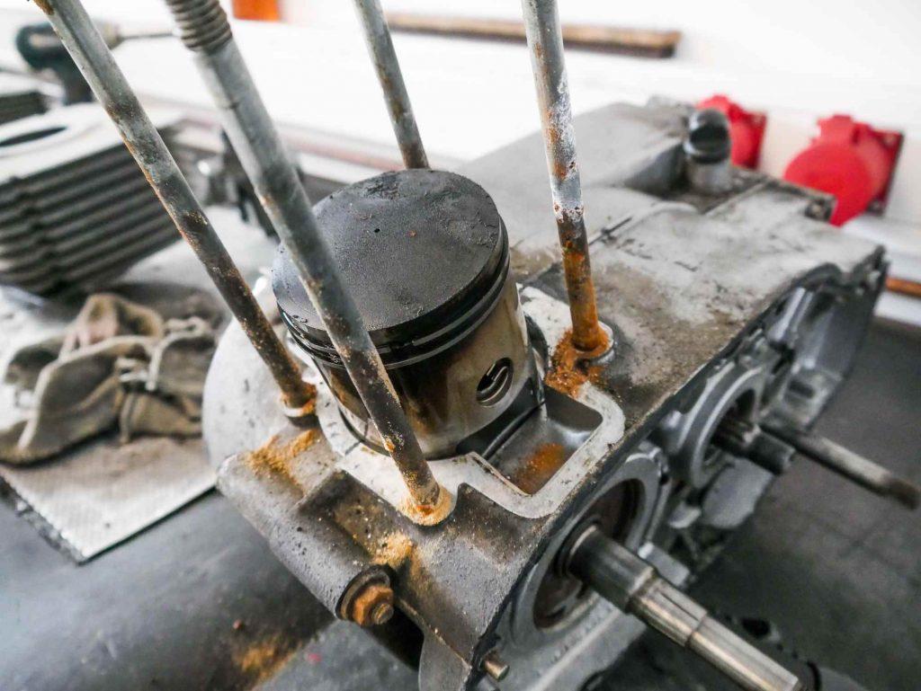 Zylinder abziehen ETZ 250 rostige Stehbolzen