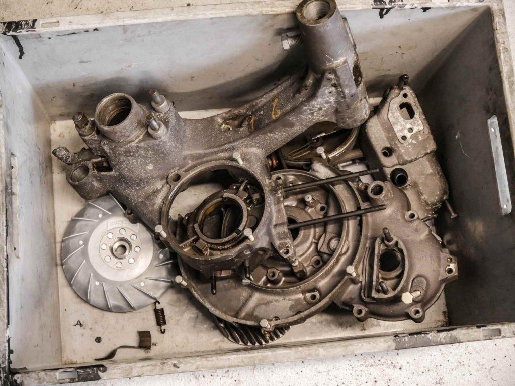 Alte dreckige Vespa Motorteile vor dem Strahlen