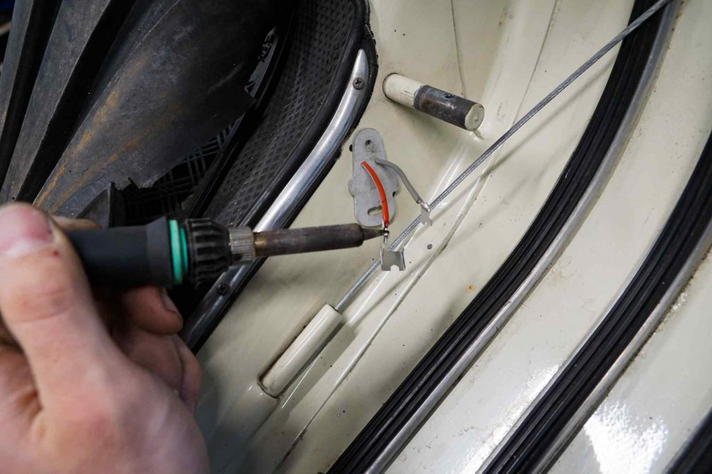 Anlöten der Kontakte für den Bremslichtkontakt an Vespa 125 TS
