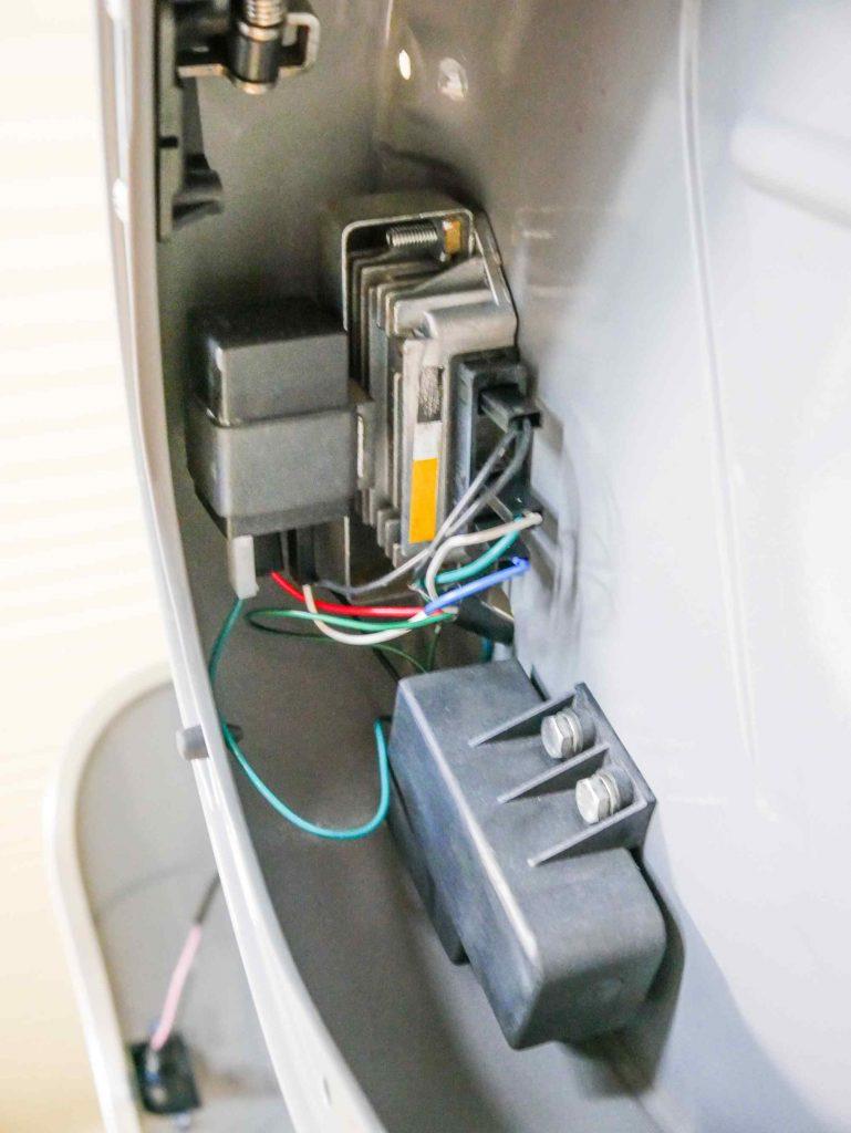 Elektrische Bauteile von Vespa PK 50 am Rahmen montiert