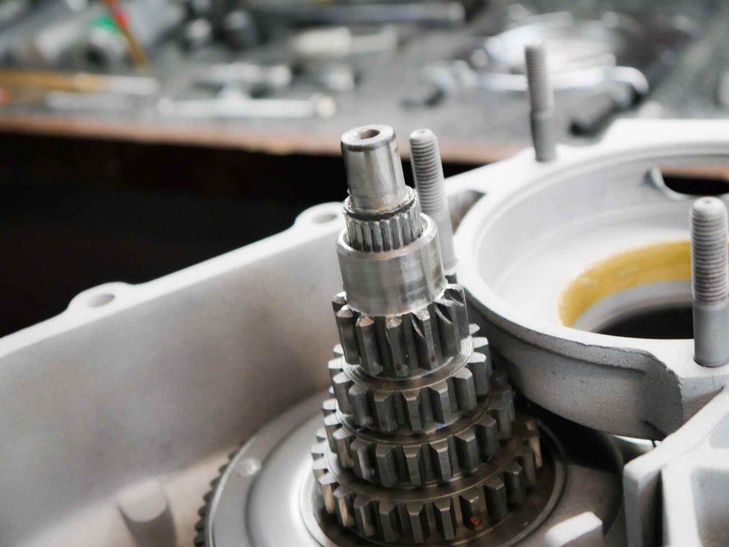 Getriebe einbauen Nadeln für Nebenwelle am Primärdämpfer