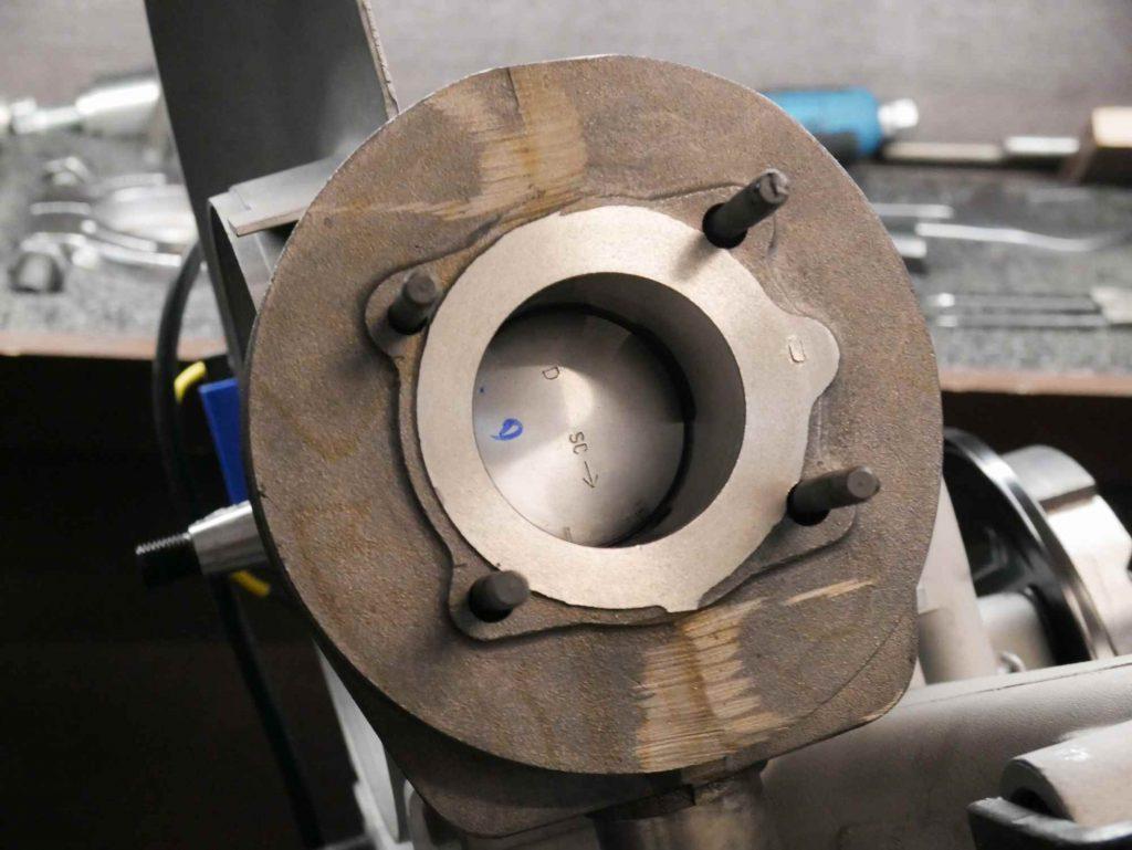 Kolben und neuer 125 ccm Zylinder montiert an Vespa Motor
