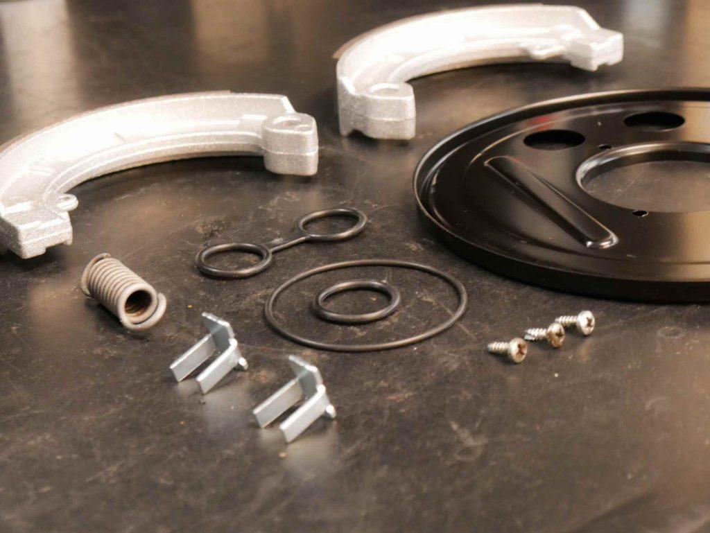Komponenten für die hintere Bremse am Vespa Motor
