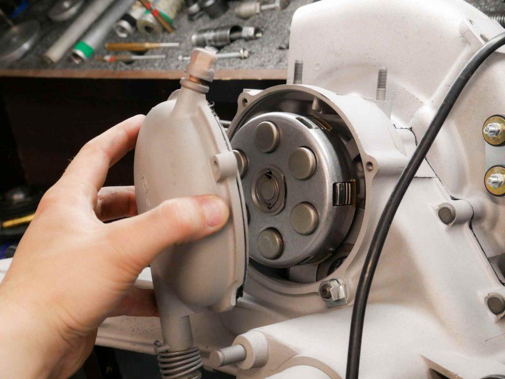 Kupplungsdeckel an Vespa 125 TS montieren