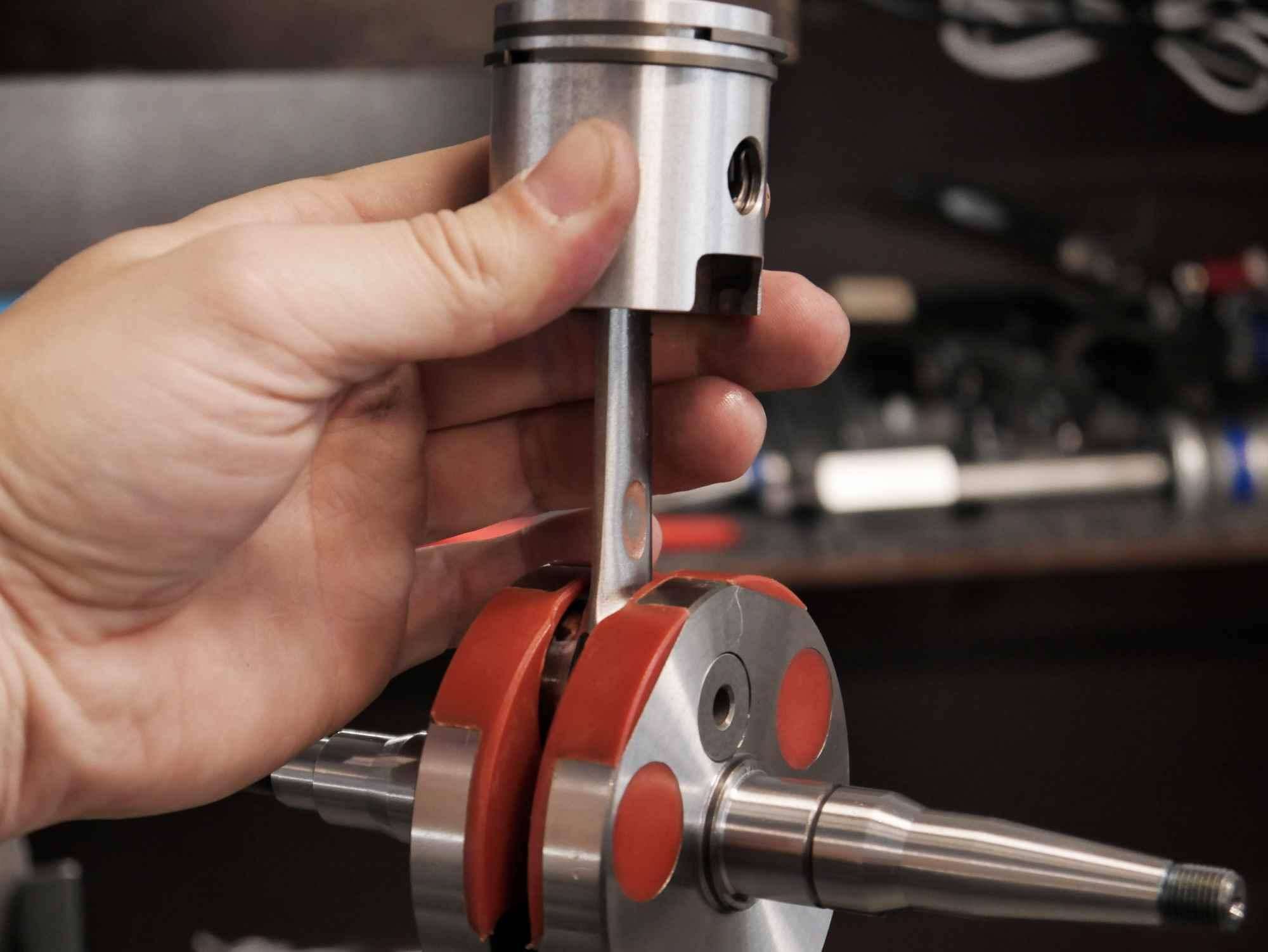 Kurbelwelle mit Kolben bei Simson Motor Regenerierung