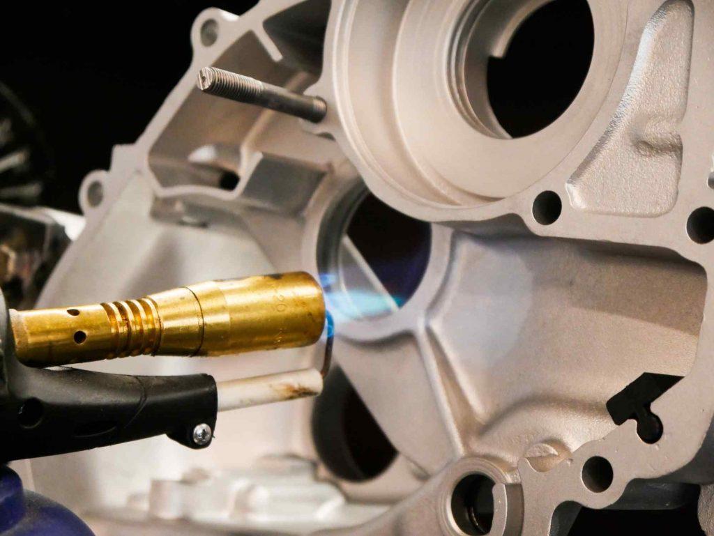 Motorgehäuse Vespa PK 50 erwärmen an Lagersitzen um Lager einzubauen