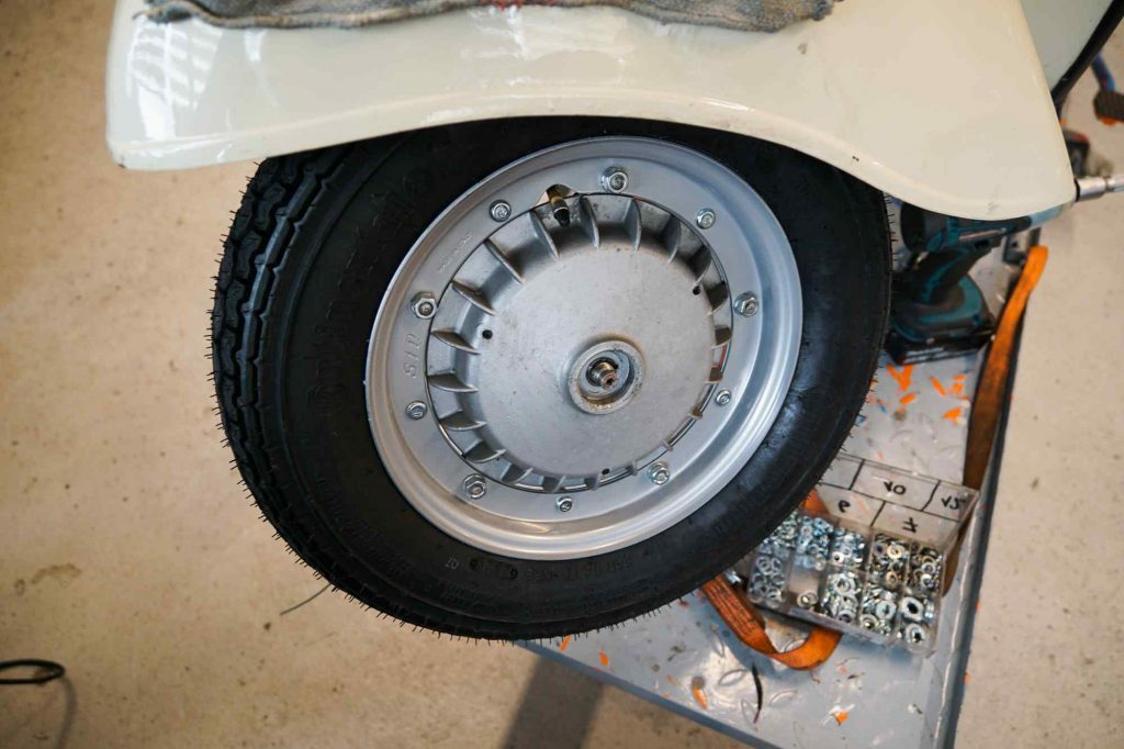 Neues Vorderrad an Vespa 125 TS montiert