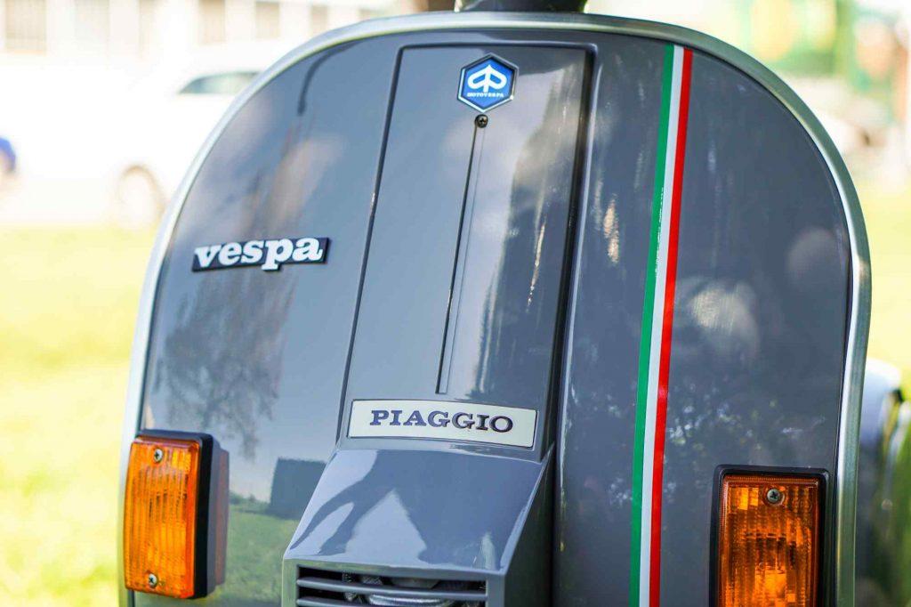 Restaurierte Vespa PK 50 Beinschild grau