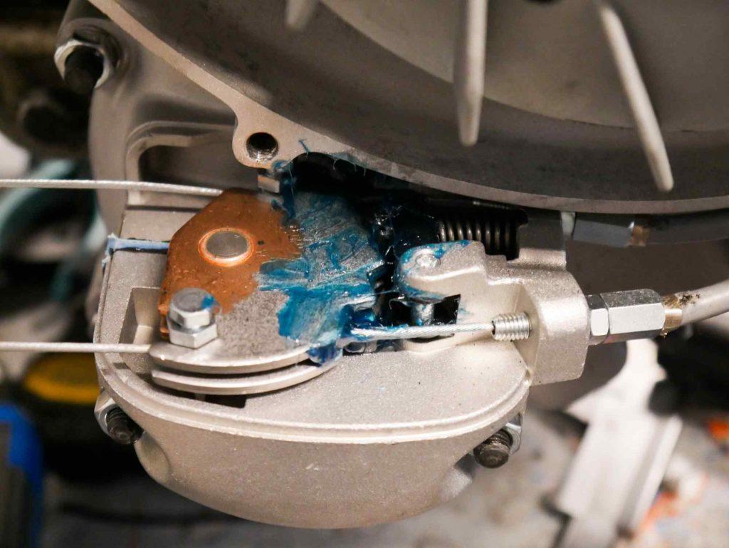 Schaltraste mit Fett an Vespa TS 125 Motor