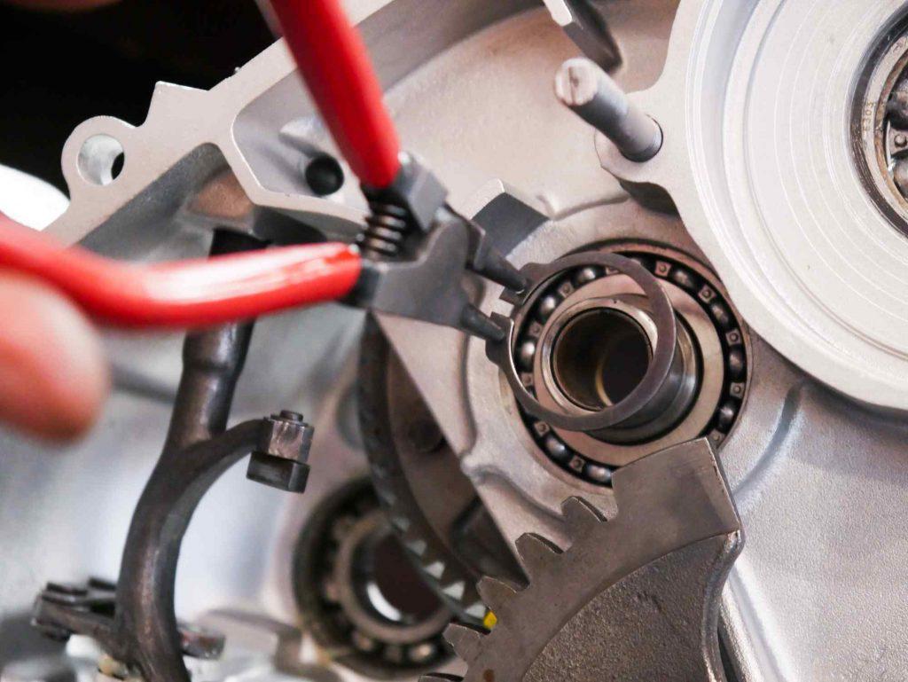 Sicherungsring Kupplungskorb Primärtrieb einbauen bei PK 50 Motorrevision