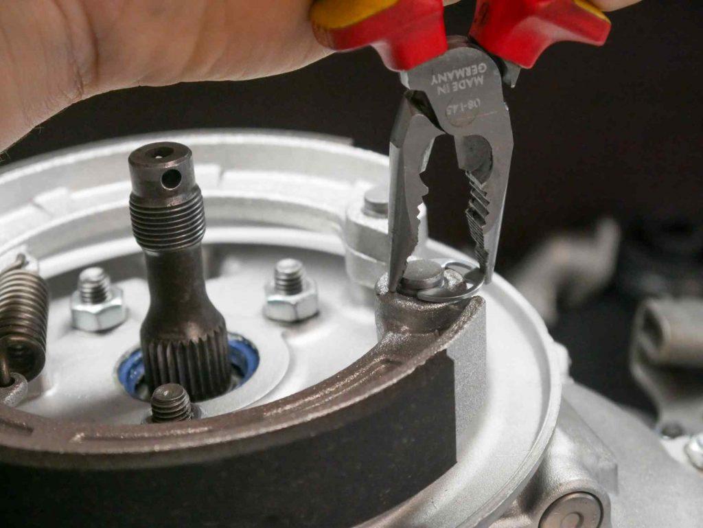 Sicheurng Clips für Bremsbeläge an Vespa PK50 Bremsgrundplatte