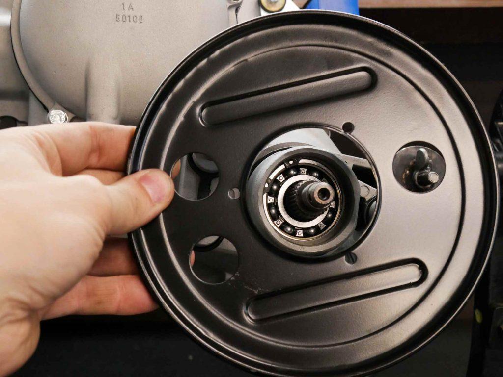 Staubschutz Bremse neu montieren am Vespa Motor