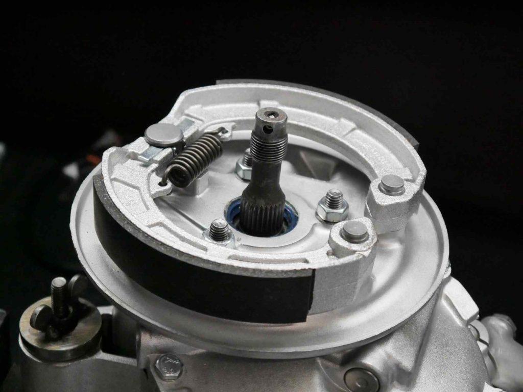 Überholte Bremsgrundplatte mit neuen Bremsbelägen an Vespa PK 50 Motor